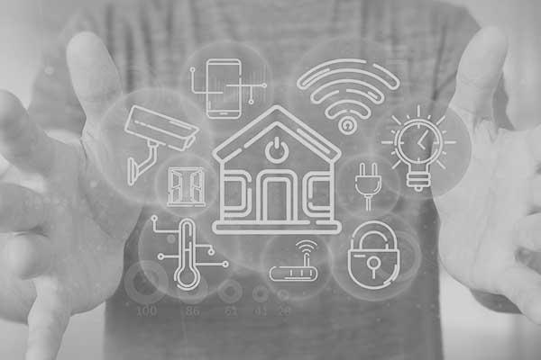Homem com as mãos abertas e no meio ícones relacionados ao IoT