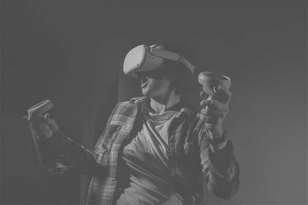 mulher utilizando um equipamento de VR com controles em mãos